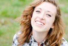 El adolescente sonriente tenía retrato del tiro Imágenes de archivo libres de regalías