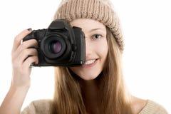 El adolescente sonriente toma una fotografía Imágenes de archivo libres de regalías