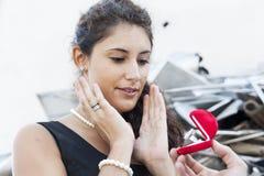El adolescente sorprendente recibe un anillo como regalo Fotos de archivo