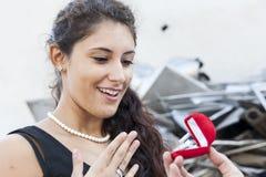 El adolescente sorprendente recibe un anillo como regalo Foto de archivo libre de regalías
