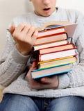 El adolescente sorprendido lee los libros Fotografía de archivo