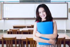 El adolescente sostiene la carpeta en la sala de clase Fotos de archivo libres de regalías
