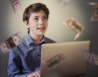 El adolescente talentoso con el trabajo independiente del ordenador portátil gana el dinero Foto de archivo libre de regalías