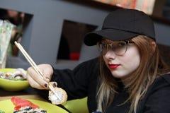 El adolescente tiene sushi Imagen de archivo libre de regalías