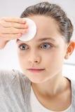El adolescente toma el cuidado de la higiene Imagen de archivo libre de regalías
