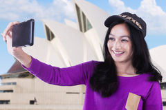 El adolescente toma la imagen del selfie en Sydney Fotos de archivo