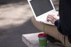 El adolescente trabaja detrás de un ordenador portátil Foto de archivo