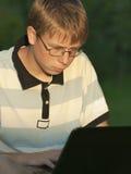 El adolescente trabaja para el ordenador Imagenes de archivo
