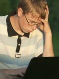 El adolescente trabaja para el ordenador Fotografía de archivo