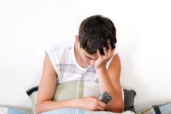 El adolescente triste consigue SMS Imagen de archivo