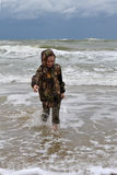El adolescente va en la costa. Imagenes de archivo