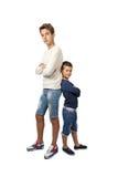 El adolescente y el niño pequeño altos retroceden para apoyar Fotografía de archivo libre de regalías