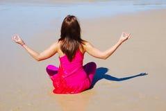 El adorar de la mujer de la playa imagen de archivo