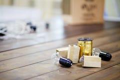 El adornamiento de Diy de eventos, los bulbos incandescentes con la cinta de oro arrolla en la tabla de madera Copie el espacio Imagen de archivo