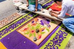El adornamiento de jueves santo teñió la alfombra de la procesión del serrín, Antigua Fotografía de archivo libre de regalías