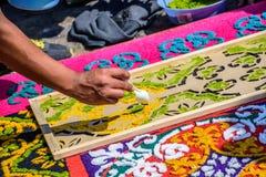 El adornamiento del serrín teñido prestó el detalle de la alfombra, Antigua, Guatemala Fotografía de archivo libre de regalías