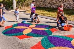 El adornamiento del serrín teñido prestó la alfombra, Antigua, Guatemala Fotografía de archivo