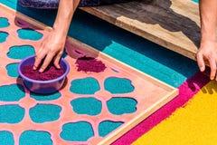 El adornamiento del serrín teñido prestó la alfombra, Antigua, Guatemala Imagen de archivo libre de regalías
