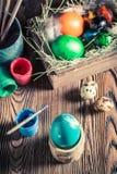 El adornamiento eggs para Pascua con el heno y las plumas Foto de archivo