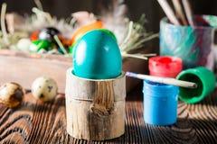 El adornamiento eggs Pascua azul con el heno y las plumas Fotografía de archivo libre de regalías