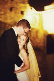 El adorno del novio y de la novia elegantes de la moda es el besarse en la parte posterior Imagen de archivo