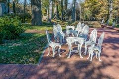 El adorno otoñal con las tablas y las sillas por una mañana cultivan un huerto, Imagen de archivo