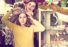 El adulto con el adolescente está adquiriendo los accesorios de moda Imagen de archivo libre de regalías