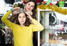 El adulto con el adolescente está adquiriendo los accesorios de moda Fotografía de archivo libre de regalías