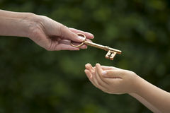 El adulto da llave al niño Imagen de archivo