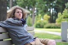 El adulto joven piensa cosas Fotos de archivo