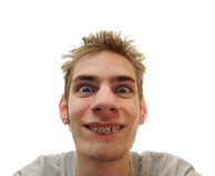 El adulto joven sonríe con las paréntesis Fotografía de archivo