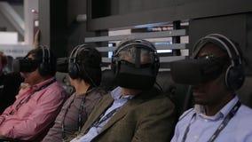 El adulto sirve usando las auriculares de la realidad virtual del engranaje almacen de video