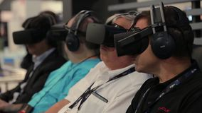 El adulto sirve usando las auriculares de la realidad virtual del engranaje metrajes