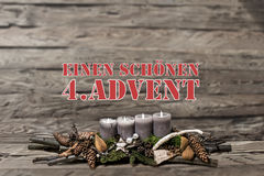 El advenimiento de la decoración de la Feliz Navidad que quemaba la vela gris empañó al alemán 4to del mensaje de texto del fondo Imágenes de archivo libres de regalías
