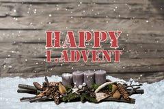 El advenimiento de la decoración de la Feliz Navidad que quemaba la vela gris empañó el inglés 1r del mensaje de texto de la niev Foto de archivo libre de regalías