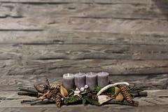 El advenimiento de la decoración de la Feliz Navidad que quemaba la vela gris empañó el mensaje 1r del espacio del texto del fond Imagenes de archivo