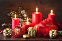 El advenimiento de la Navidad mira al trasluz la decoración de la linterna Fotos de archivo libres de regalías
