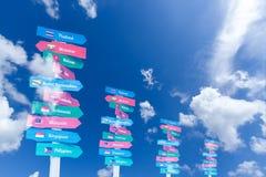 El AEC firma al tablero sobre el cielo azul Imagenes de archivo