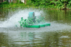 El aerador superficial es molino de agua para hacer el agua del tratamiento Fotografía de archivo libre de regalías