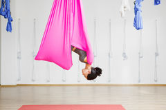 El aero- instructor de la yoga hace los ejercicios integrales Muchacha en hamaca Fotografía de archivo