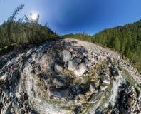 El aero- río ancho de la montaña del panorama fluye en el bosque en medio Imagenes de archivo