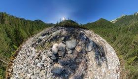 El aero- río ancho de la montaña del panorama fluye en el bosque en medio Fotos de archivo