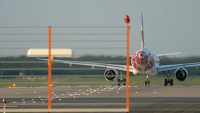 El aeroplano acelera salida almacen de video