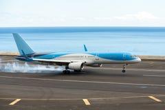 El aeroplano aterriza en la pista foto de archivo libre de regalías