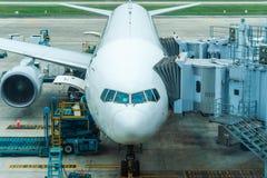 El aeroplano comercial parqueó en el aeropuerto antes del vuelo siguiente Mantenimiento de aviones fotos de archivo libres de regalías