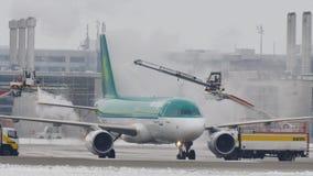 El aeroplano de Aer Lingur en descongela el cojín, descongelando, aeropuerto de Munich almacen de metraje de vídeo