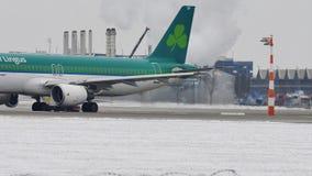 El aeroplano de Aer Lingur en descongela el cojín, descongelando, aeropuerto de Munich almacen de video