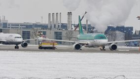 El aeroplano de Aer Lingur en descongela el cojín, descongelando, aeropuerto de Munich metrajes