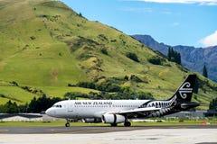 El aeroplano de Air New Zealand saca de aeropuerto imagenes de archivo