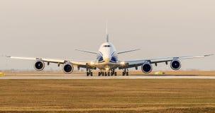 El aeroplano de Boeing B747 está llevando en taxi a la pista para el despegue imagen de archivo libre de regalías